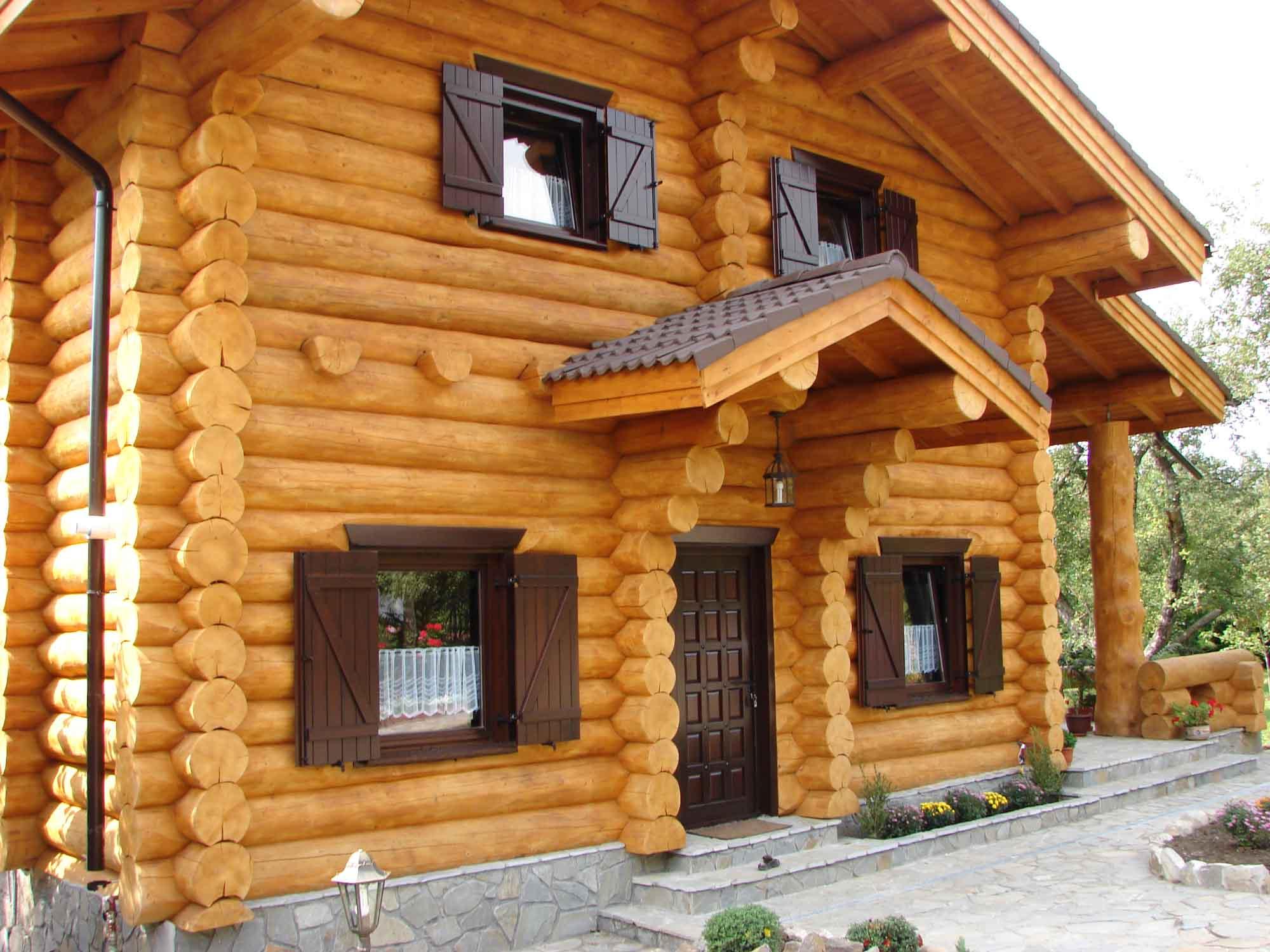 La devanture d'une maison en bois