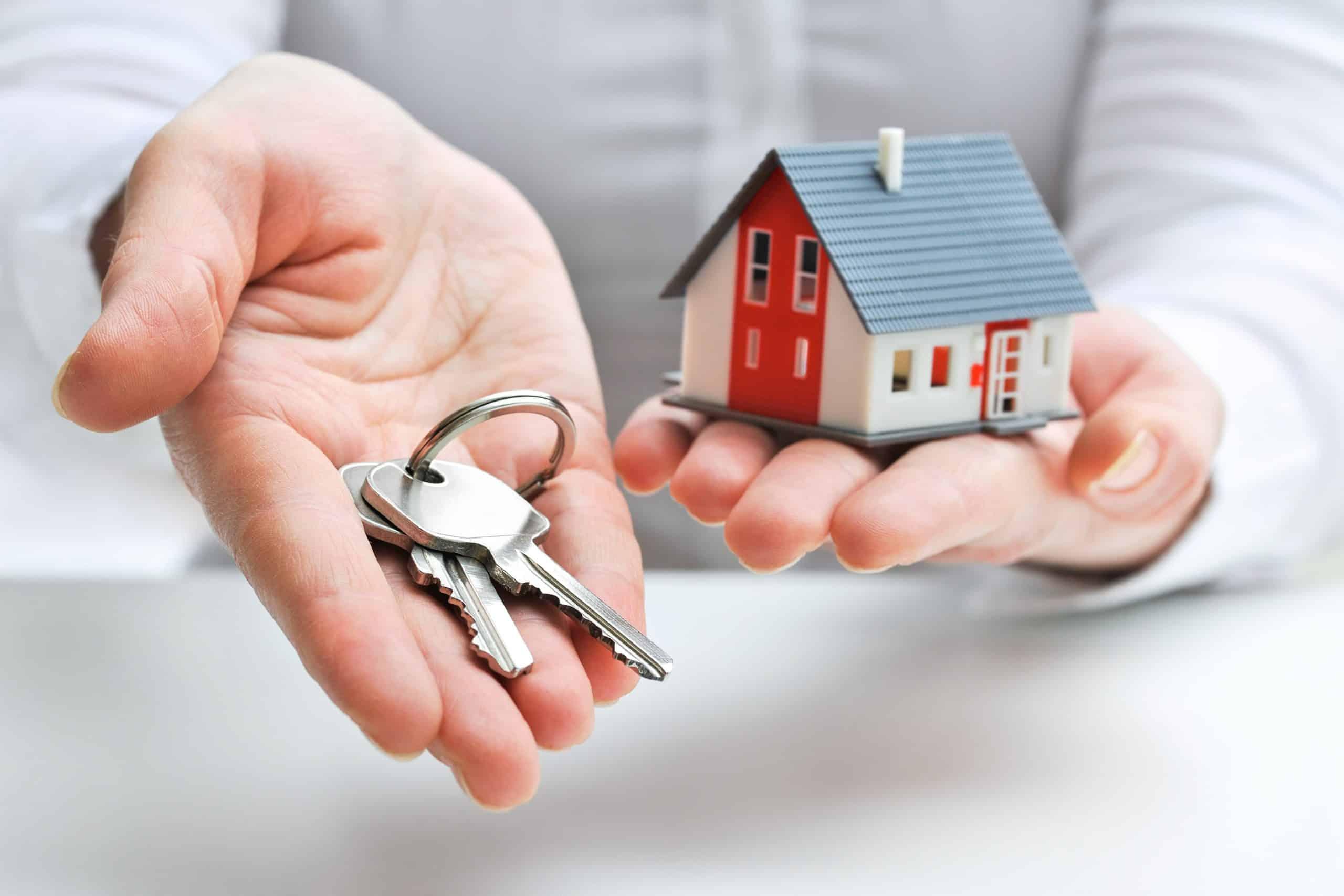 Remise des clés par une agence immobilière