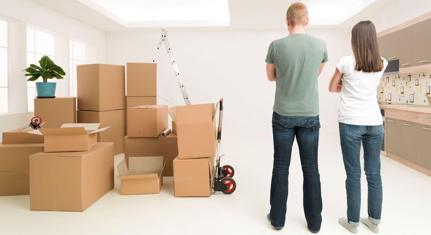 Un couple déménage