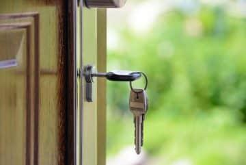 Une porte avec une clé