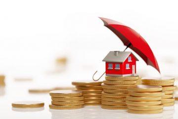 Une maison rouge sous un parasol rouge et sur des pièces