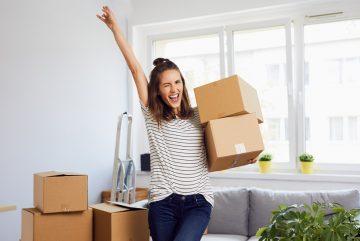 Une femme contente avec des cartons